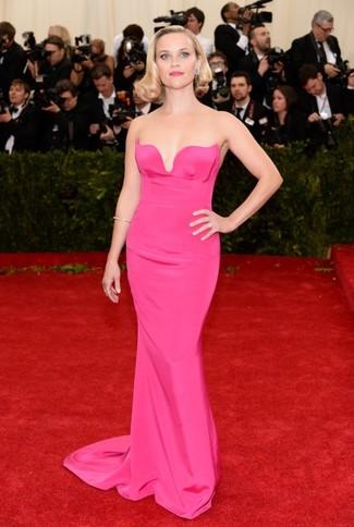 Ярко-розовое вечернее платье — хороший пример изысканного стиля.