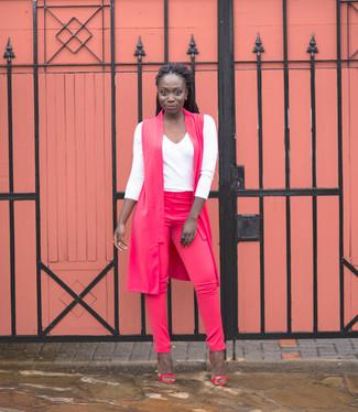Как и с чем носить: ярко-розовое пальто без рукавов, белая футболка с длинным рукавом, ярко-розовые узкие брюки, ярко-розовые кожаные босоножки на каблуке