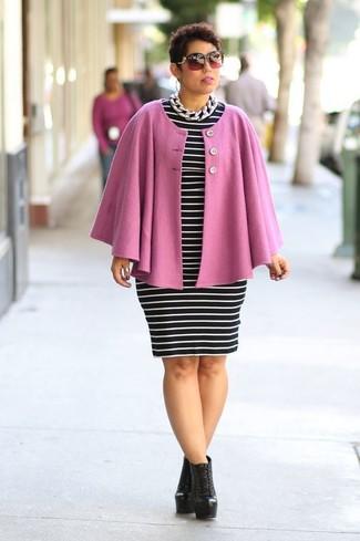 Розовое пальто-накидка: с чем носить и как сочетать: Розовое пальто-накидка и черно-белое облегающее платье в горизонтальную полоску — обязательные вещи в арсенале барышень с отменным вкусом в одежде. Пара черных кожаных ботильонов на шнуровке легко вписывается в этот образ.