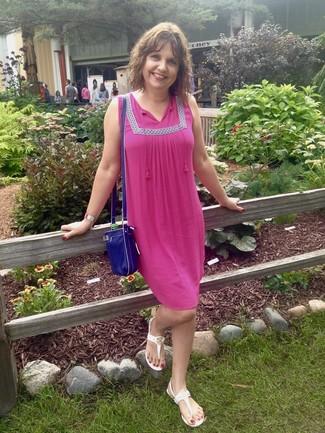 Как и с чем носить: ярко-розовое платье-крестьянка, белые вьетнамки, синяя кожаная сумка через плечо