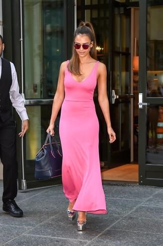 Как Jessica Alba носит Ярко-розовое платье-макси, Серебряные кожаные босоножки на каблуке, Темно-синяя кожаная спортивная сумка, Красные солнцезащитные очки