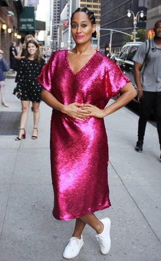 Как и с чем носить: ярко-розовое платье-миди с пайетками, белые низкие кеды