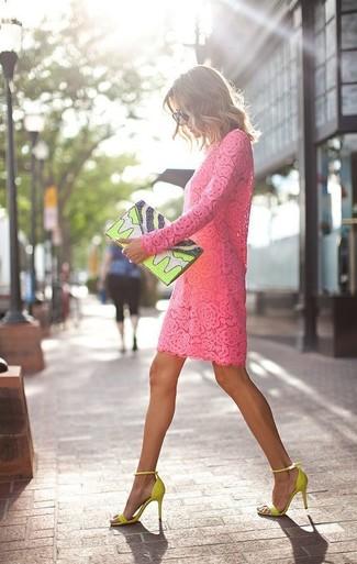 Как и с чем носить: ярко-розовое кружевное платье прямого кроя, зелено-желтые замшевые босоножки на каблуке, зелено-желтый кожаный клатч с принтом, черные солнцезащитные очки