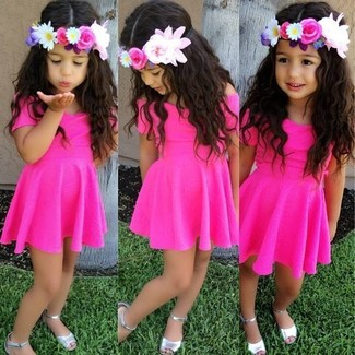Как и с чем носить: ярко-розовое платье, серебряные босоножки