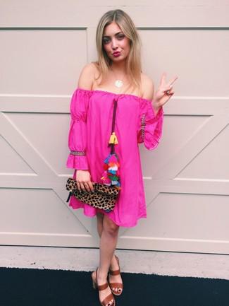Как и с чем носить: ярко-розовое платье с открытыми плечами, коричневые кожаные босоножки на каблуке, коричневый замшевый клатч с леопардовым принтом, золотая подвеска