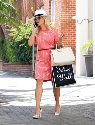 Как и с чем носить: ярко-розовое платье-футляр с цветочным принтом, белые кожаные туфли, бежевая кожаная большая сумка, белая соломенная шляпа