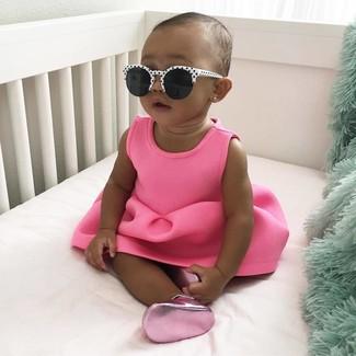 Как и с чем носить: ярко-розовое платье, ярко-розовые балетки, бело-черные солнцезащитные очки
