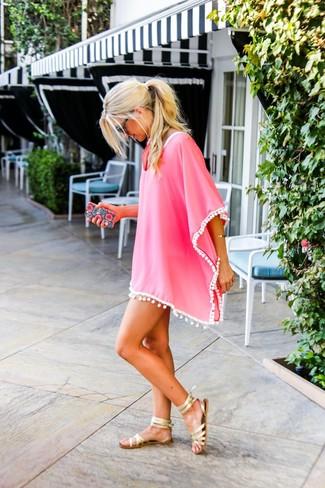 Как и с чем носить: ярко-розовое пляжное платье, золотые кожаные гладиаторы, черные солнцезащитные очки