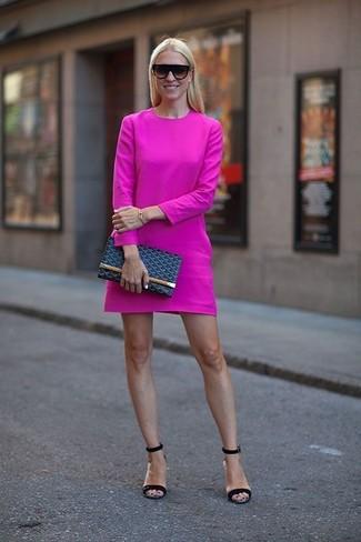 Как и с чем носить: ярко-розовое повседневное платье, черные кожаные босоножки на каблуке, темно-синий кожаный клатч, черные солнцезащитные очки