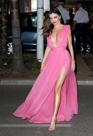 Как Miranda Kerr носит Ярко-розовое шифоновое вечернее платье, Бежевые кожаные босоножки на каблуке, Серебряные серьги