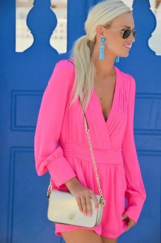 Как и с чем носить: ярко-розовый комбинезон с шортами, золотая кожаная сумка через плечо, черно-золотые солнцезащитные очки, бирюзовые серьги