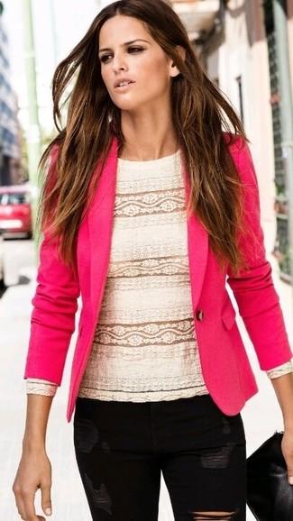 Как и с чем носить: ярко-розовый пиджак, белая кружевная блузка с длинным рукавом, черные рваные джинсы скинни, черный кожаный клатч