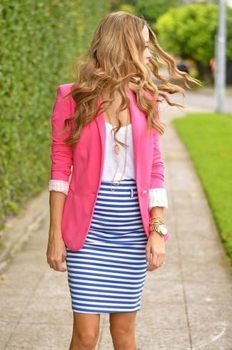Как и с чем носить: ярко-розовый пиджак, белая футболка с круглым вырезом, бело-синяя юбка-карандаш в горизонтальную полоску