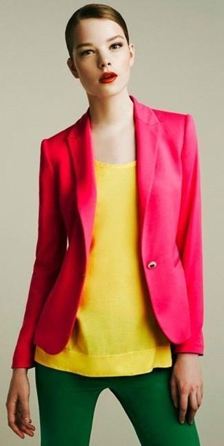 Как и с чем носить: ярко-розовый пиджак, желтый топ без рукавов, зеленые узкие брюки