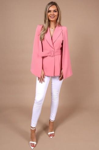 Как и с чем носить: ярко-розовый пиджак-накидка, белые джинсы скинни, белые кожаные босоножки на каблуке