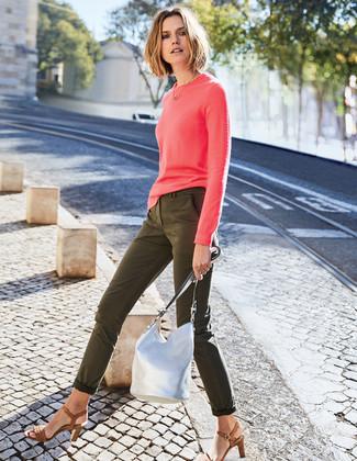 Как и с чем носить: ярко-розовый свитер с круглым вырезом, оливковые джинсы скинни, коричневые кожаные босоножки на каблуке, серебряная кожаная сумка-мешок
