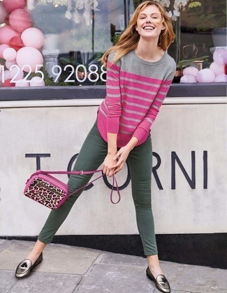 Как и с чем носить: ярко-розовый свитер с круглым вырезом в горизонтальную полоску, темно-зеленые джинсы скинни, серебряные кожаные лоферы с кисточками, ярко-розовая кожаная сумка через плечо с леопардовым принтом