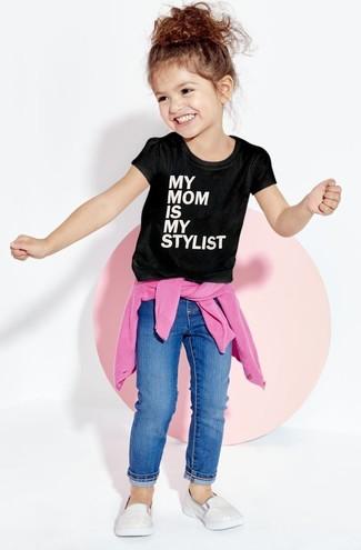 Как и с чем носить: ярко-розовый свитер, черно-белая футболка с принтом, синие джинсы, серебряные кеды