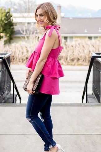 Как и с чем носить: ярко-розовый топ без рукавов с рюшами, темно-синие рваные джинсы скинни, белые кожаные босоножки на каблуке, коричневый кожаный клатч с леопардовым принтом